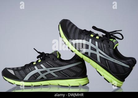 Paar neue Asics Laufschuhe Turnschuhe Stockfoto, Bild