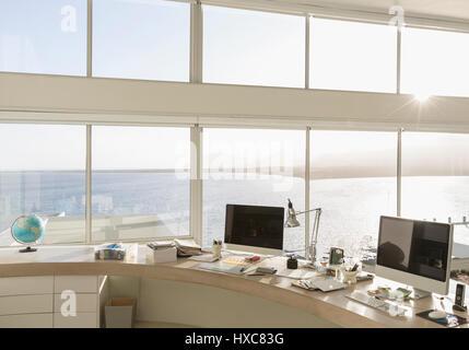 Moderne home-Office mit Blick aufs Meer Stockfoto, Bild ...