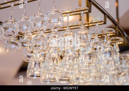 Bevorzugt Leere Gläser hängen über bar Rack Stockfoto, Bild: 210686540 - Alamy RW21