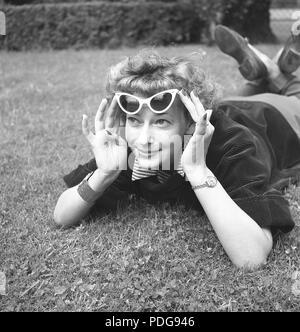1950 s Sonnenbrillen. Eine junge Frau, die an einem