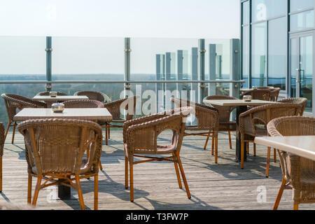 Muebles De Mimbre En Una Terraza Al Aire Libre Foto Imagen